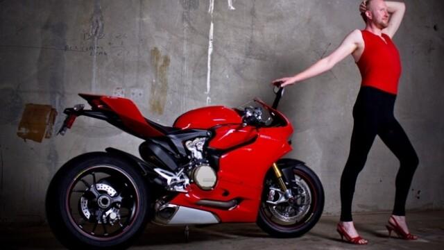 Un grup de mecanici a recreat o sedinta foto a femeilor pentru Ducati. Care a fost rezultatul - Imaginea 7