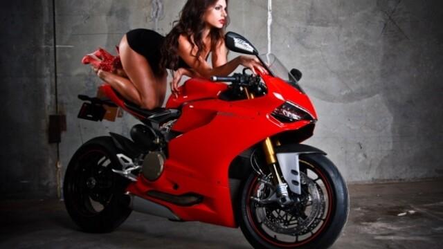 Un grup de mecanici a recreat o sedinta foto a femeilor pentru Ducati. Care a fost rezultatul - Imaginea 6