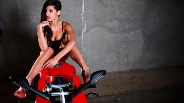 Un grup de mecanici a recreat o sedinta foto a femeilor pentru Ducati. Care a fost rezultatul - Imaginea 4