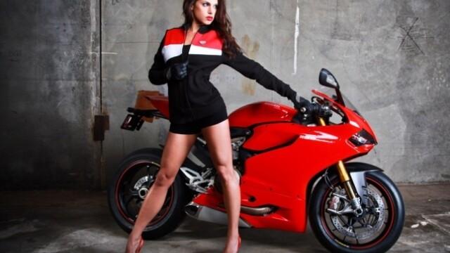 Un grup de mecanici a recreat o sedinta foto a femeilor pentru Ducati. Care a fost rezultatul - Imaginea 2