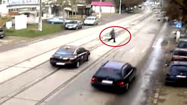 Imaginea haosului din trafic in Romania. Ce pateste un batran care traverseaza regulamentar
