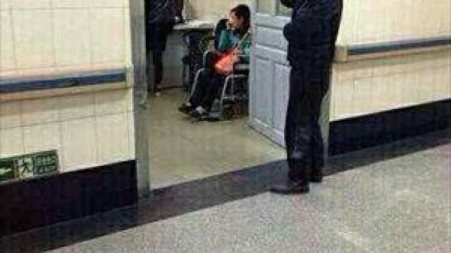 Barbat cu un cutit infipt in cap pozat in timp ce se plimba calm pe holul spitalului. GALERIE FOTO - Imaginea 2