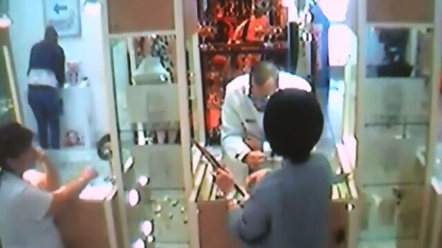 Un canadian, student in Bucuresti, a vrut sa fure o bijuterie cu nestemate. A apelat la Super Glue pentru a se deghiza