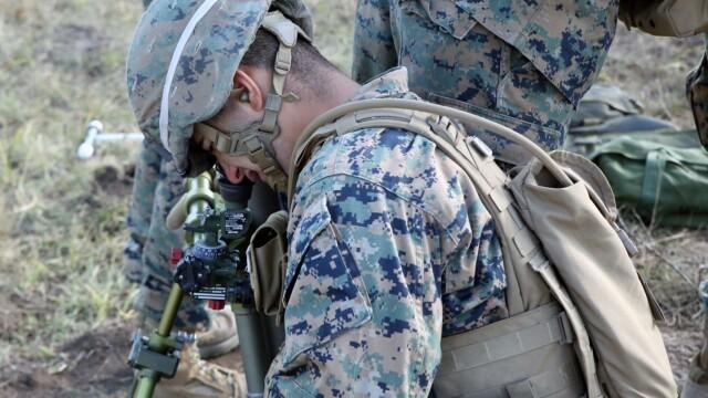 """Soldatii romani au respins un """"ATAC"""" impreuna cu puscasii marini. GALERIE FOTO: cum ne apara aliatii nostri din NATO - Imaginea 1"""
