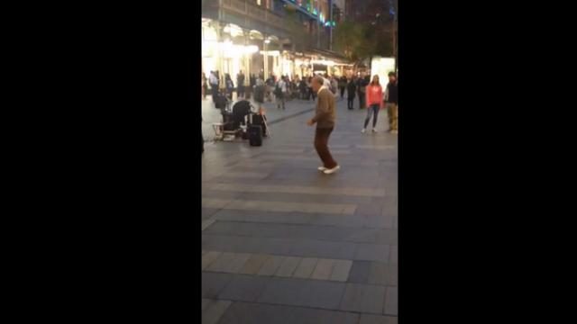 Un pensionar din Australia a facut senzatie intr-un mall. Lectia de viata pe care le-a dat-o tinerilor