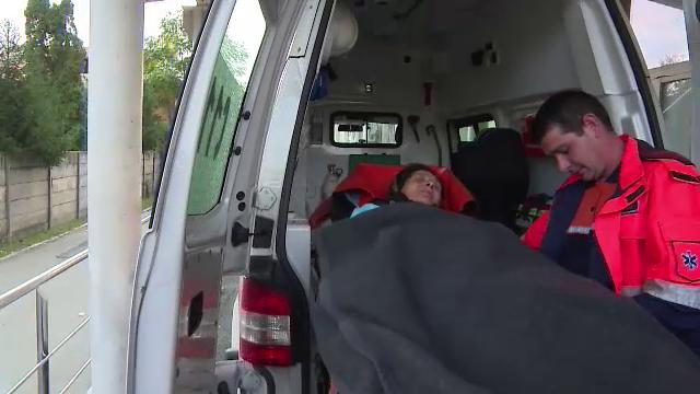 Doi batrani din Gorj au fost bagati in spital de un urs. Cum i-a salvat cainele lor in timpul atacului