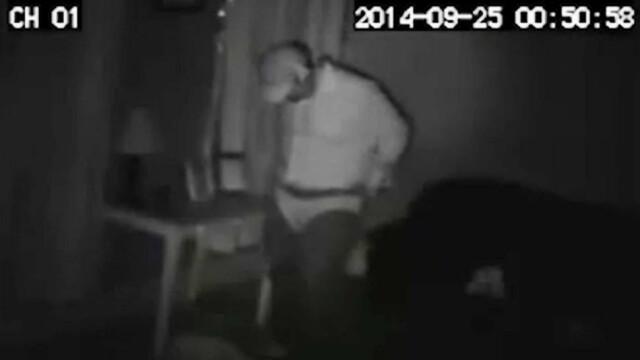 Spargator filmat de CAMERA de supraveghere dntr-o casa. Gestul cu care i-a ingrozit pe proprietari. VIDEO - Imaginea 1