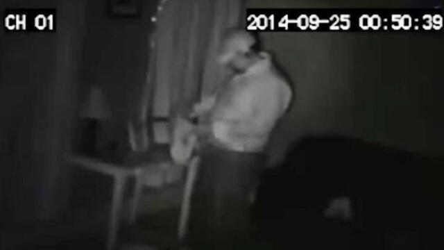 Spargator filmat de CAMERA de supraveghere dntr-o casa. Gestul cu care i-a ingrozit pe proprietari. VIDEO - Imaginea 2