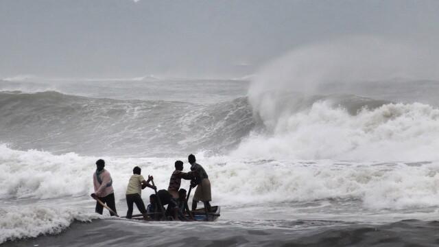 Atacul ciclonului Hudhud. Trei oameni au murit, iar 370.000 de persoane au fost evacuate - Imaginea 1
