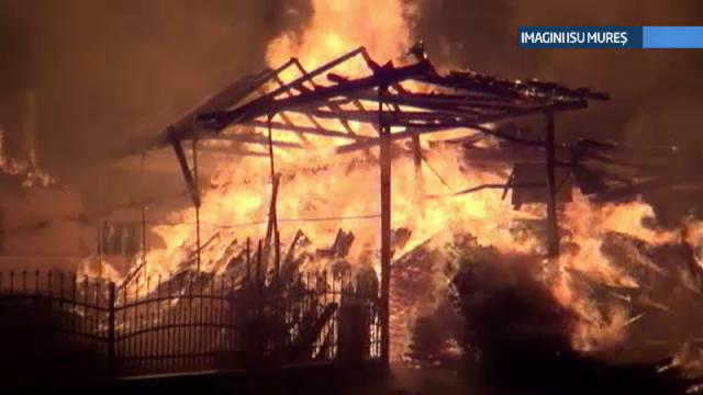 Un incendiu de proportii a izbucnit la un depozit de mobilier din Mures. Lupta cu flacarile a durat mai bine de 12 ore