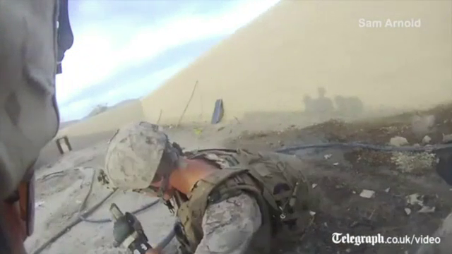 Momentul incredibil in care glontul unui lunetist se infige in casca unui soldat american