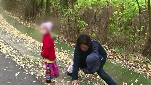 Cu sticla de alcool, prabusindu-se peste copii in drumul spre casa. O femeie din Vaslui combina rolul de mama cu bautura