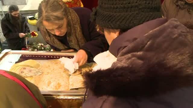Sute de oameni s-au rugat la moastele Sfantului Dimitrie. In racla s-a aflat un fragment din lemnul Sfintei Cruci