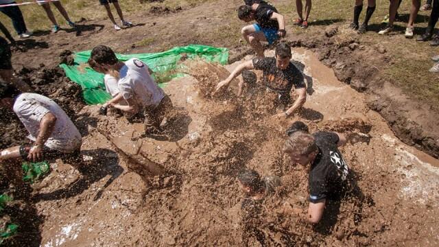 Ultimate Mudness - cursa cu obstacole si noroi de Ziua Armatei Romane la Cluj-Napoca