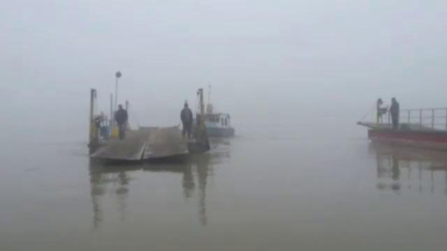 O salupa cu mai multi turisti s-a lovit de o nava de marfa, nesemnalizata, pe malul Dunarii. Doua persoane, grav ranite