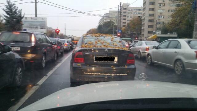 Culmea ironiei in traficul din Capitala. Ce scria pe una dintre cele mai murdare masini