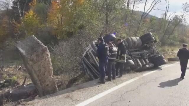 Soferul unei cisterne a murit, dupa ce a intrat cu masina intr-un cap de pod. Centura de siguranta ar fi putut sa il salveze