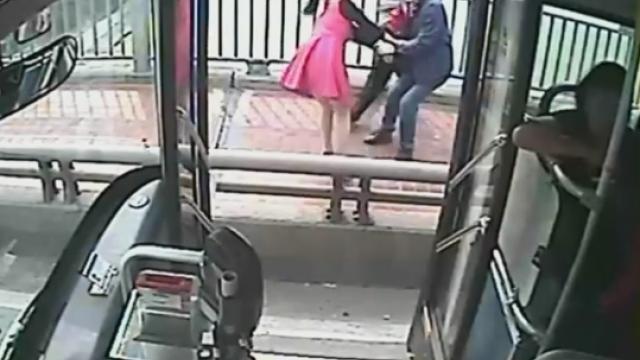 Momentul in care soferul unui autobuz salveaza o femeie care incerca sa se sinucida, pe un pod. Cum a reactionat tanara