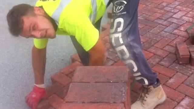 Determinarea unui tanar muncitor. Barbatul reuseste sa aseze pana la 80 de caramizi intr-un minut, pe o alee. VIDEO