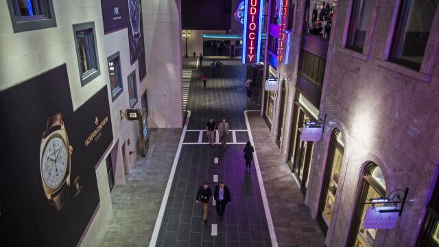 FOTO. Cazinoul de 3,2 miliarde USD inaugurat in China. DeNiro, DiCaprio si Brad Pitt il promoveaza intr-un film de 15 minute - Imaginea 6