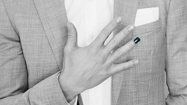 Motivul emotionant pentru care mai multe vedete masculine si-au vopsit unghia de la un deget