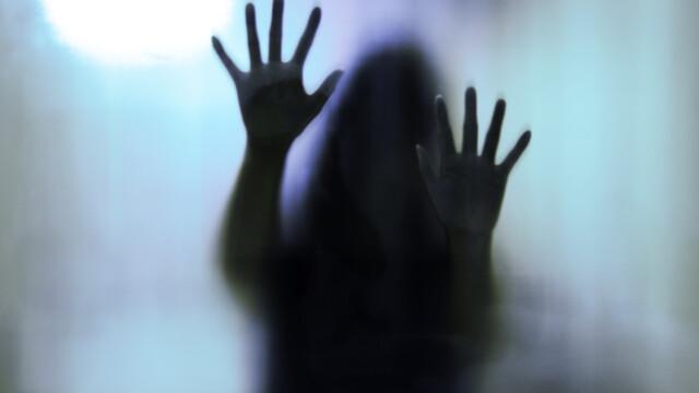 fetita abuzata - Shutterstock