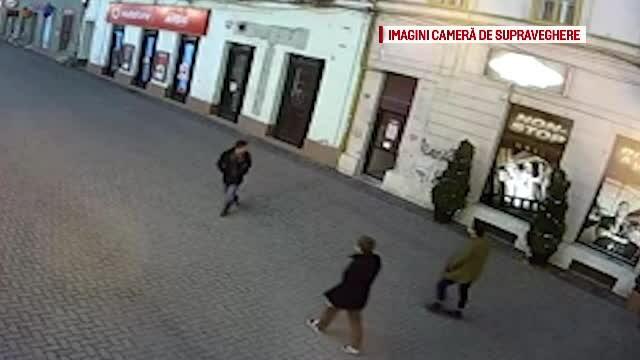 Imagini incredibile, filmate pe o strada din Timisoara: un tanar sparge cu capul vitrina unui magazin. De ce a facut asta