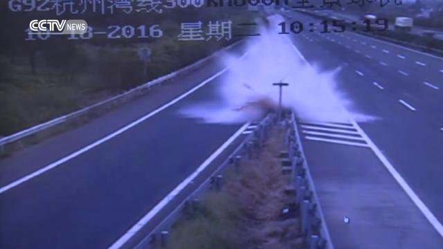 Accident infiorator pe o autostrada din China. Soferul si cei doi pasageri au scapat miraculos, cu rani minore. VIDEO