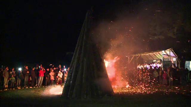 Focul lui Sumedru, aprins de turisti la Bran. De ce se intrec tinerii in a sari peste foc