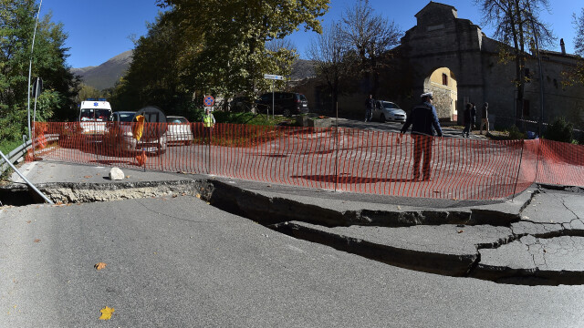 O crapatura uriasa a aparut pe o strada din Perugia, Italia, dupa cutremurul puternic de duminica