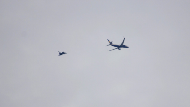 Avion Ryanair escortat