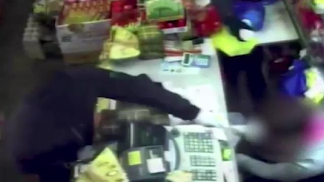 Vânzătoare din Mare Britanie, atacată cu acid de o bandă de hoți. VIDEO