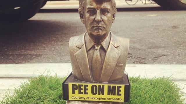 """Statuie cu Donald Trump în miniatură, pe străzile din New York. """"Urinează pe mine"""""""