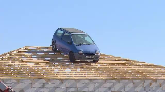 Maşină urcată pe acoperiş cu motostivuitorul. Ce a vrut să facă constructorul