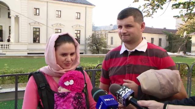 Ultimul pelerin la racla Sfintei Parascheva, o fetiță de 6 luni care îi poartă numele
