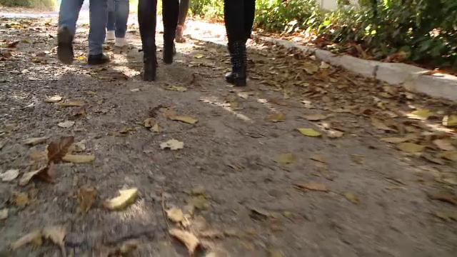 Elevă bătută cu scândura de către o colegă de clasă. Imaginile au devenit virale. VIDEO