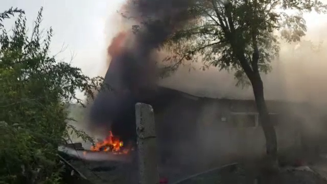 O familie din Prahova a rămas pe drumuri. Casa le-a luat foc