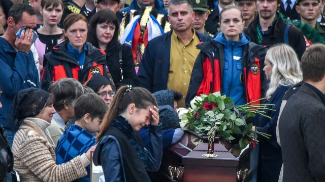 Tinerii uciși la liceul din Crimeea, conduși pe ultimul drum. FOTO