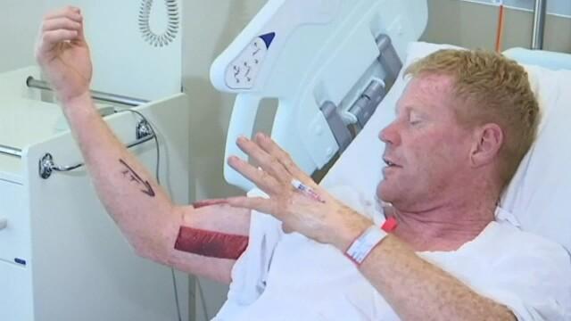 Bărbat prins de braţ de un rechin, în timp ce înota. Reacţia care l-a salvat