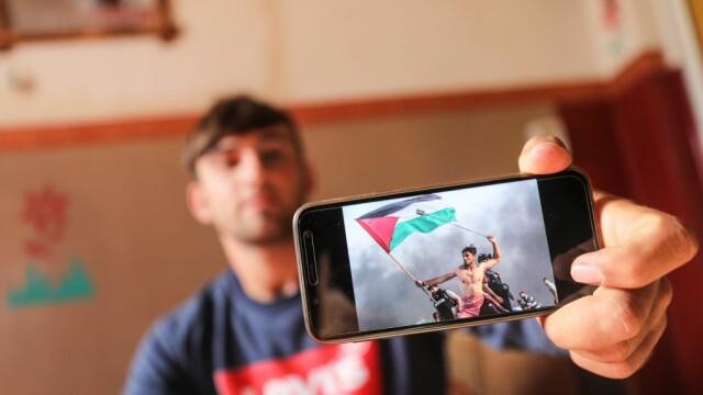 """Fotografia cu un tânăr protestatar devenită virală pe internet. """"Vreau să fiu înmormântat cu drapelul meu"""""""