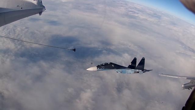Momentul în care două aeronave de război rusești se alimentează în aer. VIDEO