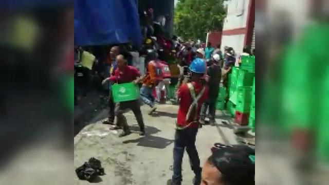 Un camion cu bere s-a răsturnat. Ipostazele în care au fost surprinși mai mulți bărbați