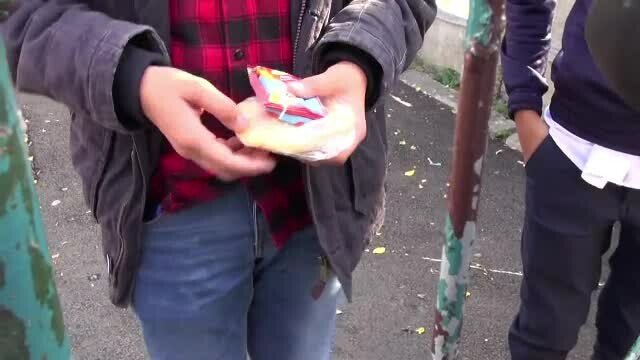copii cu dulciuri la scoala