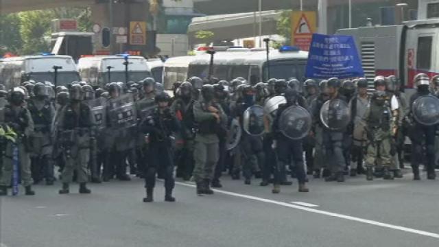 Poliţia din Hong Kong a tras cu gaze lacrimogene în manifestanții care purtau măști - Imaginea 6