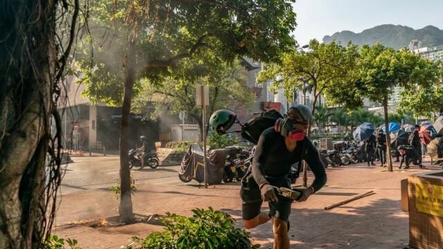 Poliţia din Hong Kong a tras cu gaze lacrimogene în manifestanții care purtau măști - Imaginea 4