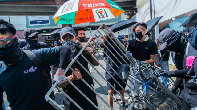 Poliţia din Hong Kong a tras cu gaze lacrimogene în manifestanții care purtau măști - Imaginea 5