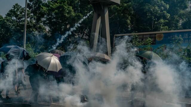 Poliţia din Hong Kong a tras cu gaze lacrimogene în manifestanții care purtau măști - Imaginea 3