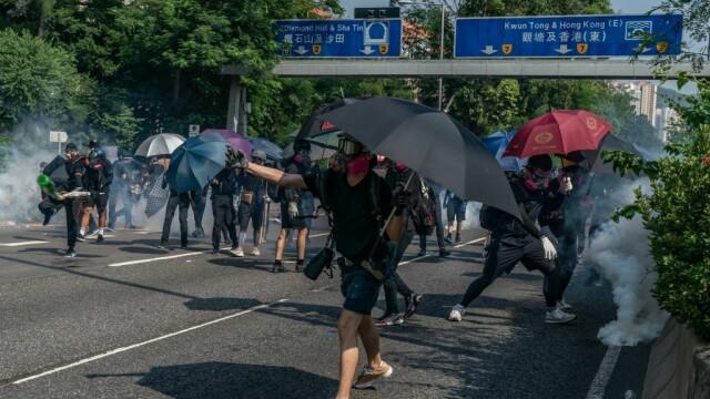 Poliţia din Hong Kong a tras cu gaze lacrimogene în manifestanții care purtau măști - Imaginea 2