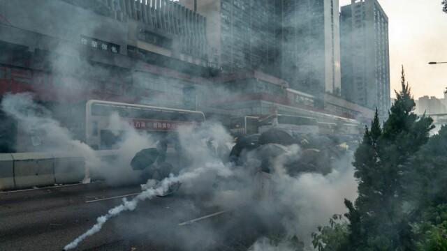 Poliţia din Hong Kong a tras cu gaze lacrimogene în manifestanții care purtau măști - Imaginea 1