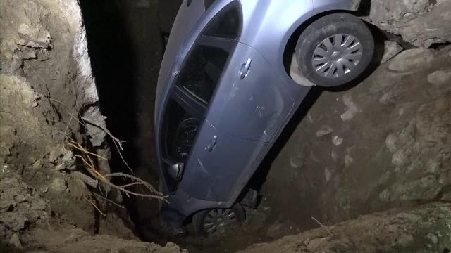 A scăpat nevătămat după ce căzut cu mașina într-o groapă imensă, pe DN7